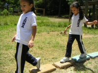 Honduran children playing on the interactive sculpture